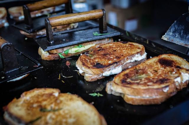 Trải nghiệm văn hóa ẩm thực đường phố London với tiệm bánh mì nướng phô mai lưu động - Ảnh 2.