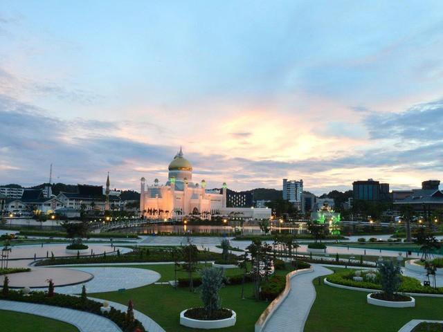 Có gì bên trong thủ đô giàu có của Brunei, nơi gần một nửa dân số sống trong một ngôi làng nổi? - Ảnh 1.