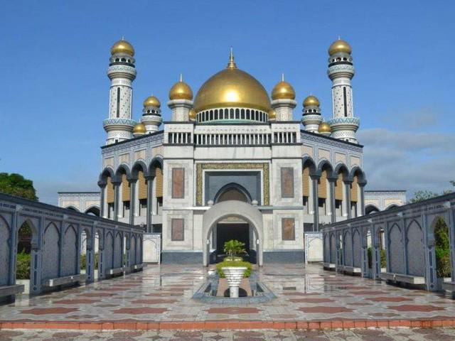 Có gì bên trong thủ đô giàu có của Brunei, nơi gần một nửa dân số sống trong một ngôi làng nổi? - Ảnh 2.
