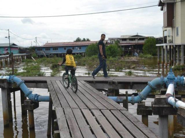Có gì bên trong thủ đô giàu có của Brunei, nơi gần một nửa dân số sống trong một ngôi làng nổi? - Ảnh 11.