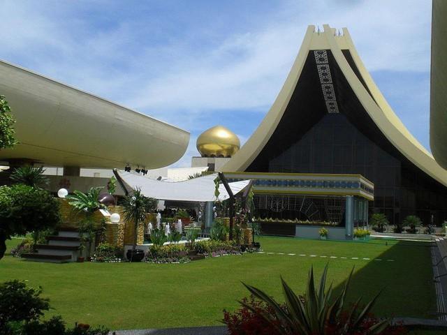 Có gì bên trong thủ đô giàu có của Brunei, nơi gần một nửa dân số sống trong một ngôi làng nổi? - Ảnh 4.