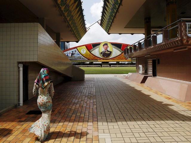 Có gì bên trong thủ đô giàu có của Brunei, nơi gần một nửa dân số sống trong một ngôi làng nổi? - Ảnh 5.