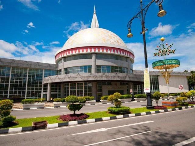 Có gì bên trong thủ đô giàu có của Brunei, nơi gần một nửa dân số sống trong một ngôi làng nổi? - Ảnh 6.