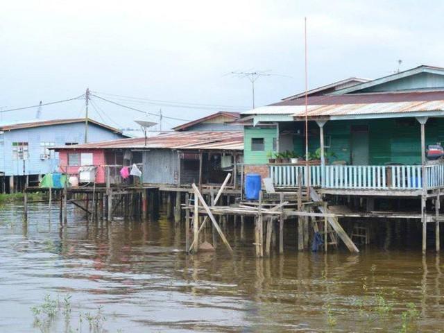 Có gì bên trong thủ đô giàu có của Brunei, nơi gần một nửa dân số sống trong một ngôi làng nổi? - Ảnh 9.