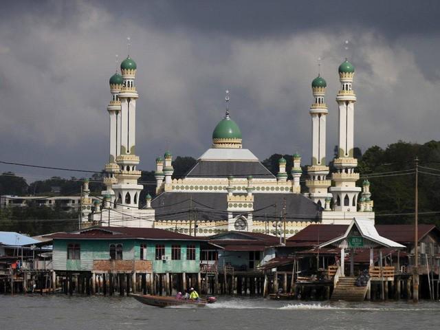 Có gì bên trong thủ đô giàu có của Brunei, nơi gần một nửa dân số sống trong một ngôi làng nổi? - Ảnh 10.