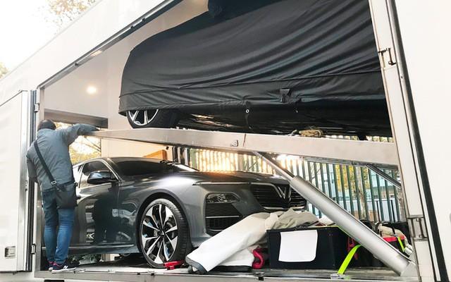 Chùm ảnh: Cận cảnh 2 xe VinFast được vận chuyển tới Paris Motor Show 2