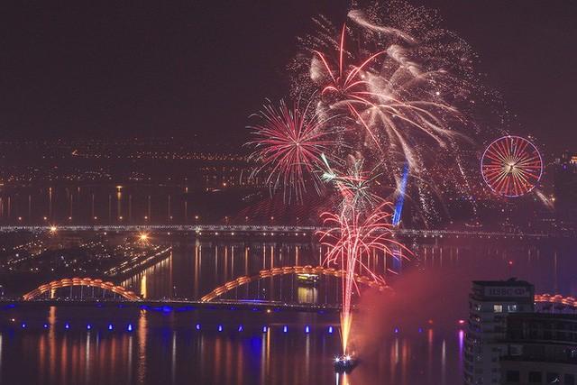 Chùm ảnh: Người dân Đà Nẵng và Sài Gòn mãn nhãn trước loạt pháo hoa đẹp rực rỡ mừng năm mới 2018  - Ảnh 1.