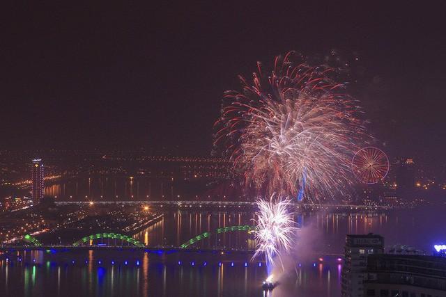Chùm ảnh: Người dân Đà Nẵng và Sài Gòn mãn nhãn trước loạt pháo hoa đẹp rực rỡ mừng năm mới 2018  - Ảnh 2.