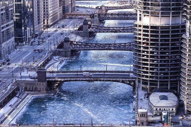Câu chuyện 2 bán cầu: sông Chicago, Mỹ đóng băng dưới cái lạnh -50 độ C, Sydney nắng nóng kỷ lục 47 độ C, cao nhất 79 năm qua - Ảnh 1.