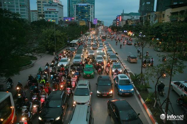 Xén dải phân cách mở rộng 4 làn xe, Nguyễn Chí Thanh hết danh là đường đẹp nhất - Ảnh 1.