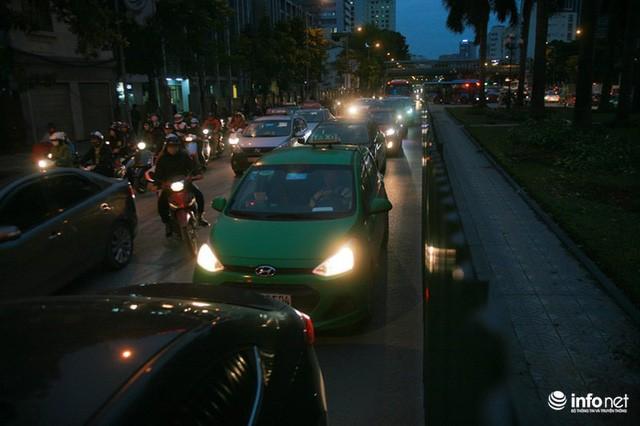Xén dải phân cách mở rộng 4 làn xe, Nguyễn Chí Thanh hết danh là đường đẹp nhất - Ảnh 2.