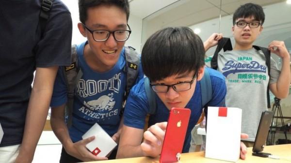 Apple bị yêu cầu hạn chế để trẻ em sử dụng iPhone - Ảnh 1.