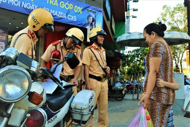 Nhiều người Sài Gòn không biết đi bộ sai luật có thể bị phạt tù đến 15 năm - Ảnh 2.
