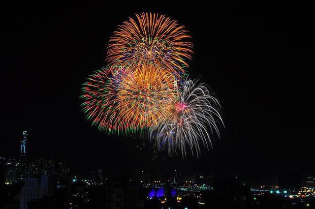 Chùm ảnh: Người dân Đà Nẵng và Sài Gòn mãn nhãn trước loạt pháo hoa đẹp rực rỡ mừng năm mới 2018  - Ảnh 11.