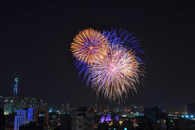 Chùm ảnh: Người dân Đà Nẵng và Sài Gòn mãn nhãn trước loạt pháo hoa đẹp rực rỡ mừng năm mới 2018  - Ảnh 12.