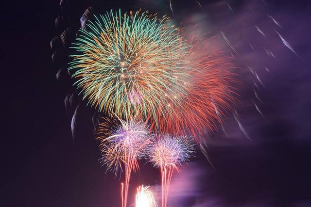 Chùm ảnh: Người dân Đà Nẵng và Sài Gòn mãn nhãn trước loạt pháo hoa đẹp rực rỡ mừng năm mới 2018  - Ảnh 14.