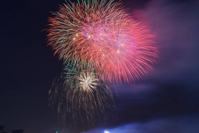 Chùm ảnh: Người dân Đà Nẵng và Sài Gòn mãn nhãn trước loạt pháo hoa đẹp rực rỡ mừng năm mới 2018  - Ảnh 15.