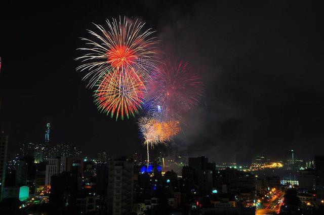 Chùm ảnh: Người dân Đà Nẵng và Sài Gòn mãn nhãn trước loạt pháo hoa đẹp rực rỡ mừng năm mới 2018  - Ảnh 18.