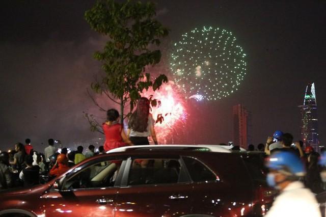 Chùm ảnh: Người dân Đà Nẵng và Sài Gòn mãn nhãn trước loạt pháo hoa đẹp rực rỡ mừng năm mới 2018  - Ảnh 20.