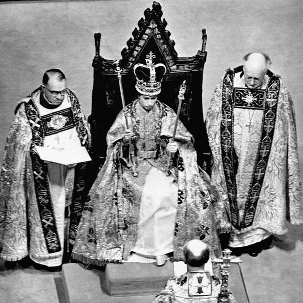 Nữ hoàng Anh lần đầu hé lộ bí mật về cỗ xe ngựa vàng sau 65 năm đăng quang - Ảnh 3.