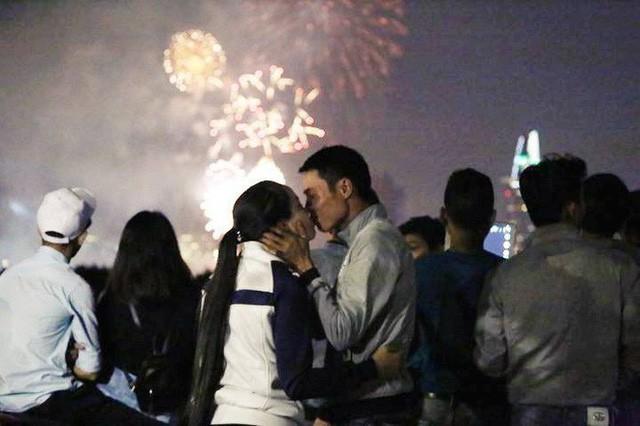 Chùm ảnh: Người dân Đà Nẵng và Sài Gòn mãn nhãn trước loạt pháo hoa đẹp rực rỡ mừng năm mới 2018  - Ảnh 21.