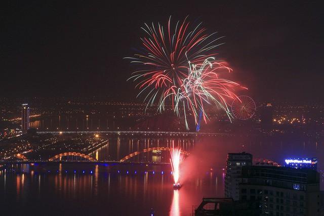 Chùm ảnh: Người dân Đà Nẵng và Sài Gòn mãn nhãn trước loạt pháo hoa đẹp rực rỡ mừng năm mới 2018  - Ảnh 4.