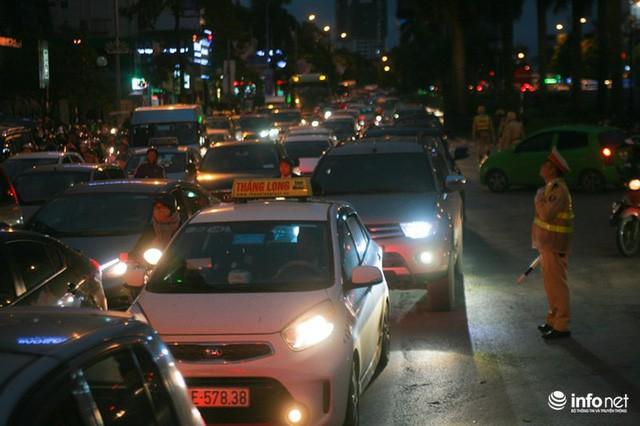 Xén dải phân cách mở rộng 4 làn xe, Nguyễn Chí Thanh hết danh là đường đẹp nhất - Ảnh 4.