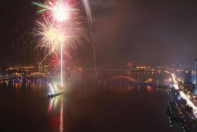 Chùm ảnh: Người dân Đà Nẵng và Sài Gòn mãn nhãn trước loạt pháo hoa đẹp rực rỡ mừng năm mới 2018  - Ảnh 5.
