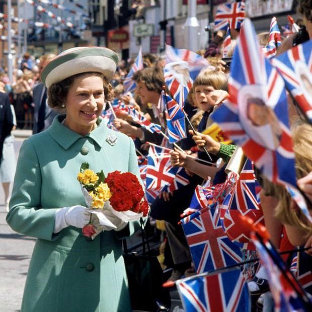 Nữ hoàng Anh lần đầu hé lộ bí mật về cỗ xe ngựa vàng sau 65 năm đăng quang - Ảnh 5.