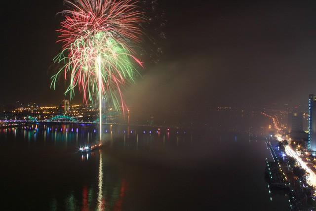Chùm ảnh: Người dân Đà Nẵng và Sài Gòn mãn nhãn trước loạt pháo hoa đẹp rực rỡ mừng năm mới 2018  - Ảnh 6.