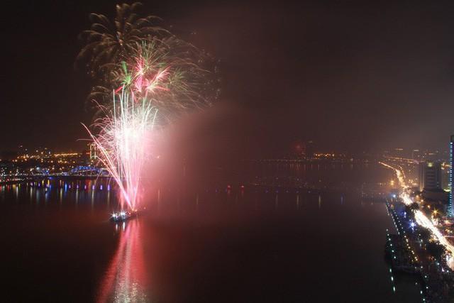 Chùm ảnh: Người dân Đà Nẵng và Sài Gòn mãn nhãn trước loạt pháo hoa đẹp rực rỡ mừng năm mới 2018  - Ảnh 7.