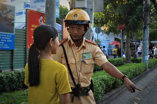 Nhiều người Sài Gòn không biết đi bộ sai luật có thể bị phạt tù đến 15 năm - Ảnh 7.