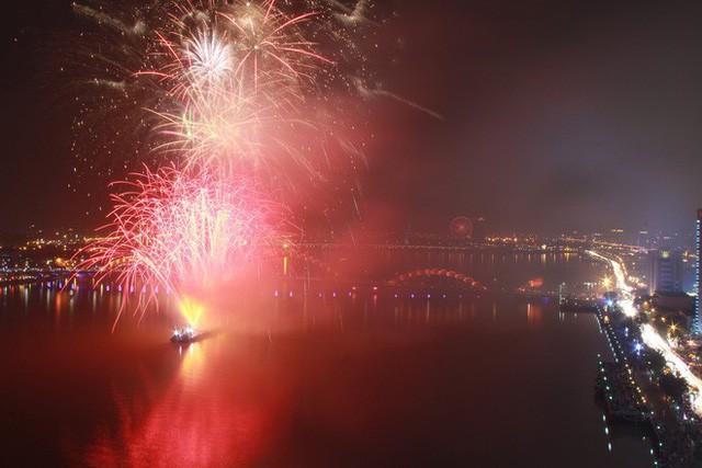 Chùm ảnh: Người dân Đà Nẵng và Sài Gòn mãn nhãn trước loạt pháo hoa đẹp rực rỡ mừng năm mới 2018  - Ảnh 8.