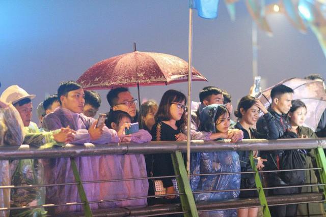 Chùm ảnh: Người dân Đà Nẵng và Sài Gòn mãn nhãn trước loạt pháo hoa đẹp rực rỡ mừng năm mới 2018  - Ảnh 9.