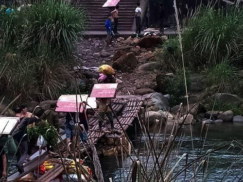 Cận cảnh cửu vạn nườm nượp vác hàng lậu qua biên giới Quảng Ninh - Ảnh 6.