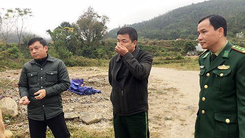Cận cảnh cửu vạn nườm nượp vác hàng lậu qua biên giới Quảng Ninh - Ảnh 10.