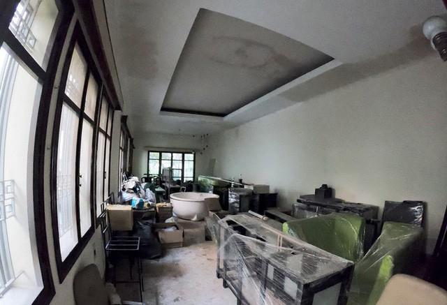Cận cảnh biệt thự cũ giá triệu USD bỏ hoang giữa trung tâm TP HCM  - Ảnh 3.