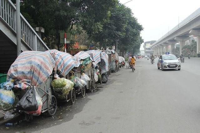 Hà Nội: Vì sao người dân chặn xe chở rác vào bãi Nam Sơn? - Ảnh 1.