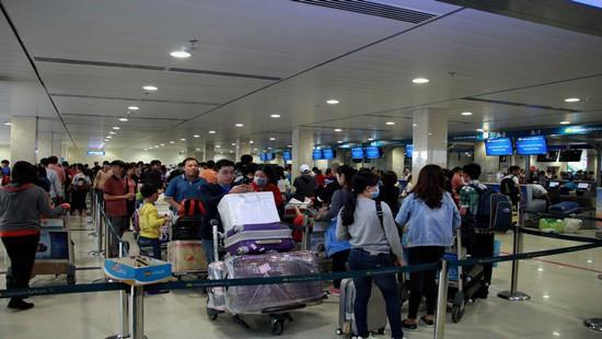 Sân bay Tân Sơn Nhất: Hành khách đến trước 2 tiếng, không bịt mặt - Ảnh 1.