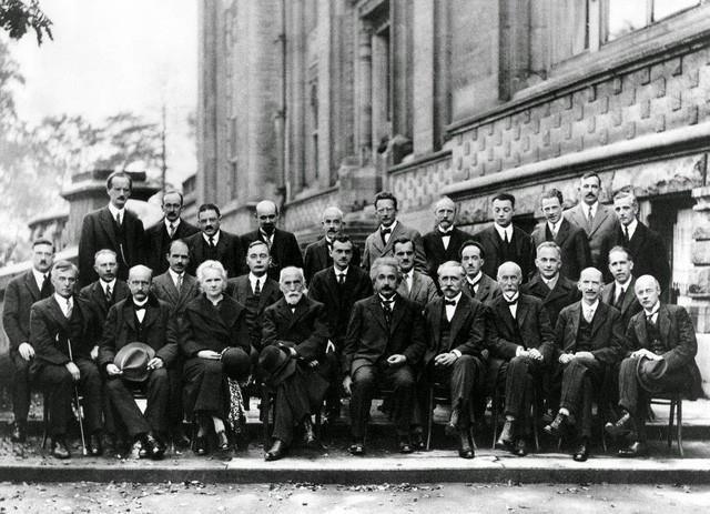 Bức ảnh nhiều não nhất mọi thời đại: Nguyên một hội bạn thân gia thế khủng toàn thiên tài IQ trên 180 - Ảnh 1.