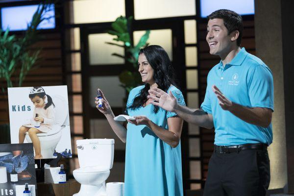 Startup bán nước xịt giấy vệ sinh được 'cá mập' đầu tư 50.000 USD nhờ một lần 'nổ' bồn cầu - Ảnh 1.