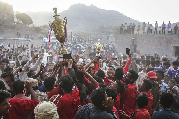 Chiến tranh không thể cản bước những người shipper, khuân vác Yemen đến với Asian Cup, đêm nay có thể họ sẽ thua Việt Nam nhưng khi ra sân họ đã là những người hùng - Ảnh 3.