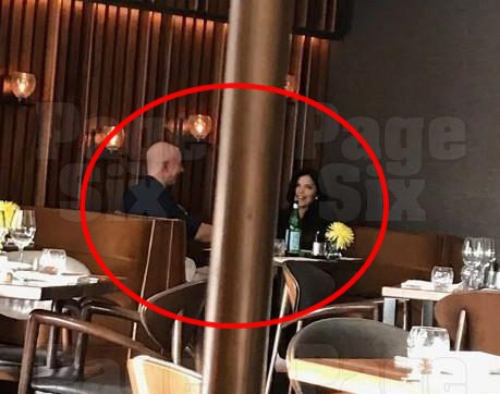Lần đầu hé lộ bức ảnh hẹn hò bí mật của tỷ phú giàu nhất thế giới với người tình nóng bỏng từ năm ngoái - Ảnh 1.