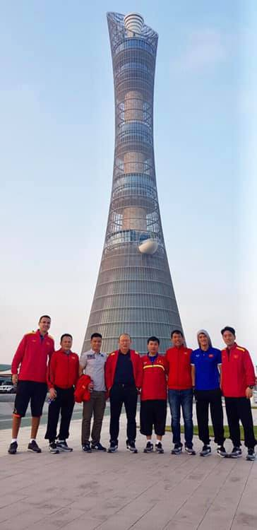 Tuyển Việt Nam xả trại, tham quan các siêu công trình ở Qatar - Ảnh 1.