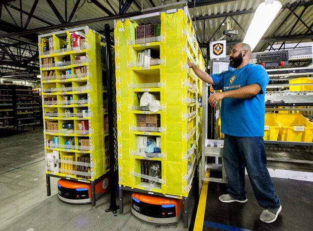 Amazon chế tạo thiết bị đặc biệt giúp công nhân không bị robot đâm phải - Ảnh 1.