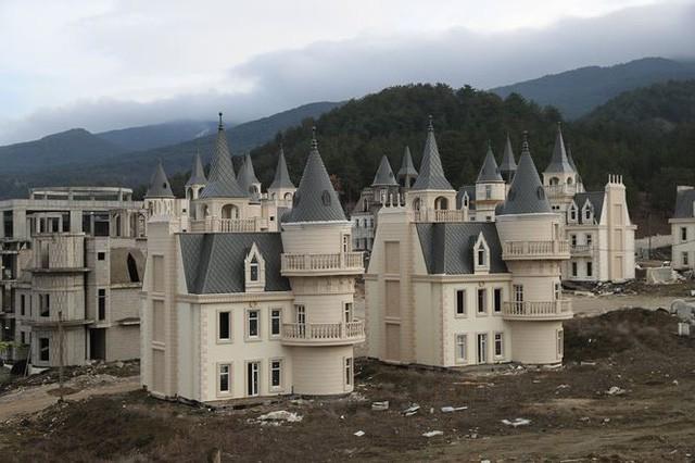 Xót xa làng biệt thự 200 triệu đô tuyệt đẹp bị bỏ hoang - Ảnh 6.