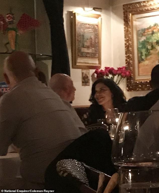Lộ ảnh Jeff Bezos đắm đuối có quý khách trai 3 tháng trước khi thông báo ly hôn vợ - Ảnh 2.