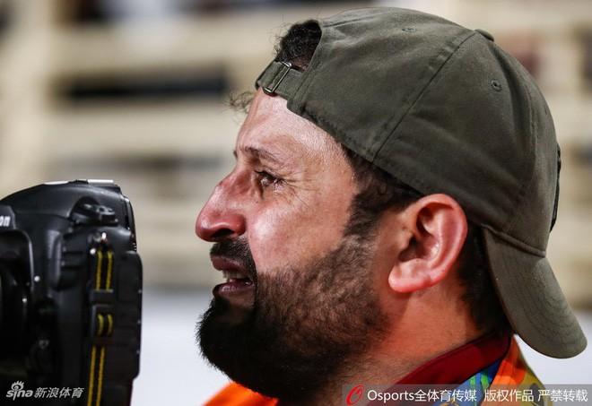 asian cup 2019 - photo 1 1548301101494495419254 - Xúc động hình ảnh phóng viên Iraq bật khóc khi đội nhà thua trận nhưng vẫn nén đau làm nhiệm vụ tại Asian Cup