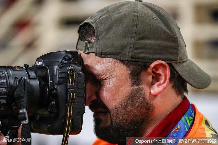 asian cup 2019 - photo 1 154830110391055554037 - Xúc động hình ảnh phóng viên Iraq bật khóc khi đội nhà thua trận nhưng vẫn nén đau làm nhiệm vụ tại Asian Cup