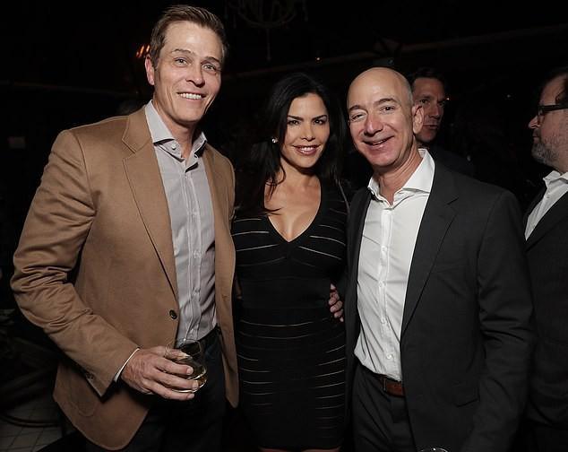 Lộ ảnh Jeff Bezos đắm đuối có quý khách trai 3 tháng trước khi thông báo ly hôn vợ - Ảnh 3.